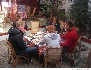 Måltiderna hos Mama Naxi är sociala företeelser