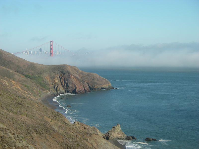 Utsikt över Golden Gate bron och San Francisco's skyline, på väg mot Point Bonita Lighthouse